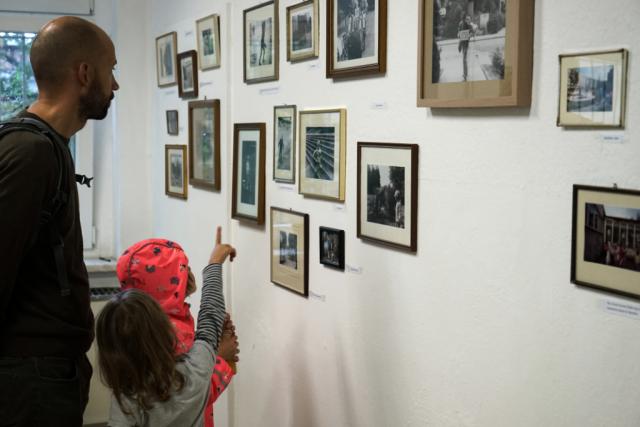 Besucher der Ausstellung 30 Jahre Mauerfall